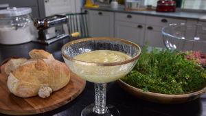 Äppeldipp i en glasskål i ett kök