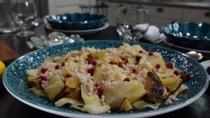 Portion med ugnsbakad kål med mjölksyrat korn, lingon och brynt smör