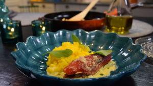 Portion med paprikarullader, paprikavinegrätt och ris på ett fat.