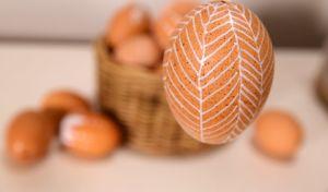 brunt ägg med vita dekorationer