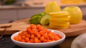 Havtorn på ett fat och citron skivor på en skärbräda