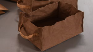 Korg sydd av pappersläder