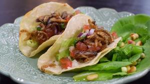 Portion med mjuka tacos med syrsor och mjölbagge larver