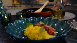 Portion med paprikarullader med paprikavinegrätt och ris.