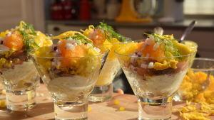 Portioner matjesglas i ett kök.