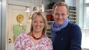 Strömsös programledare Elin Skagersten-Ström tillsammans med mathantverkaren Robin Nyman från Jakobstad.