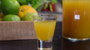 Ett glas med alkoholfri pepparrotssnaps med ingefära och gurkmeja