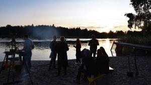 Gäster njuter av middagen på Strömsö stranden