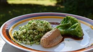 Portion med broccolicouscous med solrosfrökräm