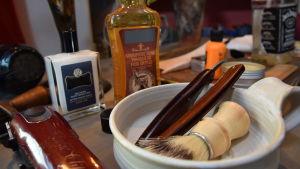 En barberares tillbehör till exempel rakkniv.