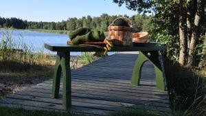 Vihreä puutarhapenkki Srömsön laiturilla.
