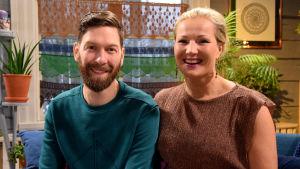 Jonas Sundström och Kylli Kukk sitter på soffan i Strömsö villan.