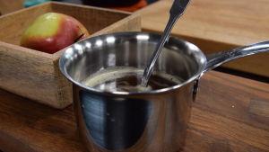 Kastrull med brynt smör i ett kök