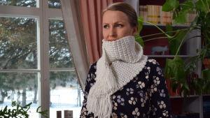 Kvinna med virkad halsduk
