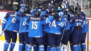 Finlands U18-landslag firar.