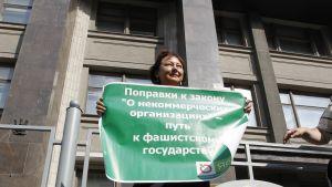 Aktivister har protesterat mot NGO-lagen utanför duman