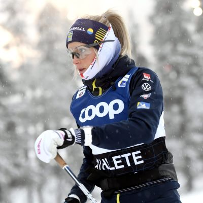 Frida Karlsson skidar.