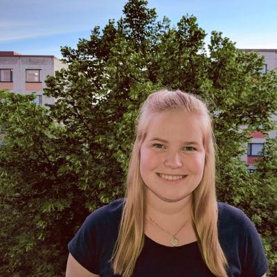 Mari Uusivirta hymyilee kuvassa.