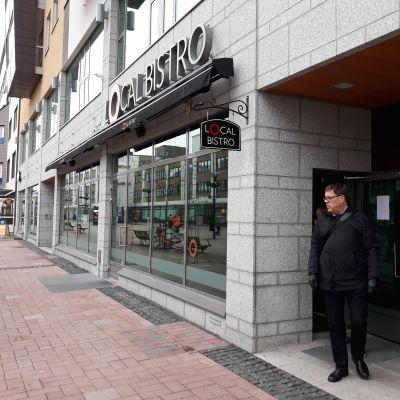 Ravintola Local Bistron sisäänkäynti Joensuun kävelykadulla.