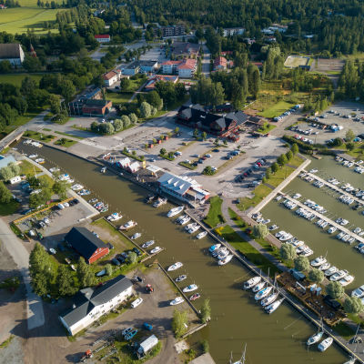 Ingå småbåtshamn från luften fotograferad.