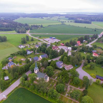 Helikopterbild av Degerby centrum med stamväg 51 i bakgrunden