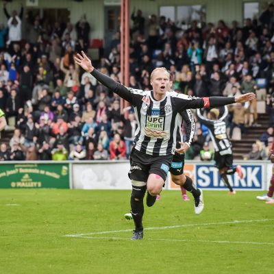 Timi Lahti firar segermålet mot Jaro.