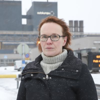 Outokummun Tornion tehtaiden luottamusmies Tytti Pernu tehtaan portilla lakkoaamuna.