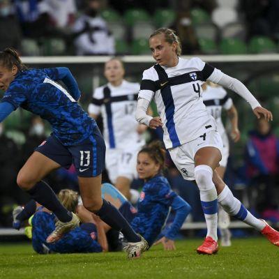 Ria Öling (oik.) ja Kristina Kosikova (vas.) Suomen ja Slovakian välisessä ottelussa.