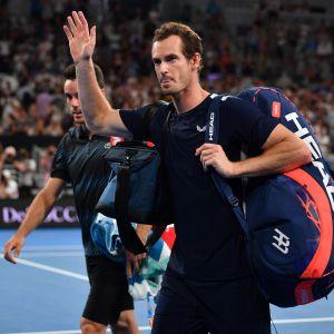 Andy Murrau tackar publiken efter att ha blivit utslagen i Australian Open 2019.