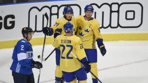 Louie Eriksson gratuleras av Daniel och Henrik Sedin i matchen mot Finland i Göteborg 2016.