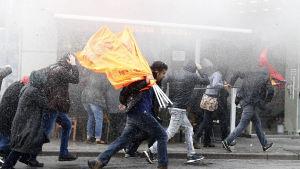 Kravallapoliser skingrade demonstrerande HDP-anhängare i Istanbul på torsdag kväll
