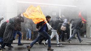 Turkisk polis använder vattenkanoner mot demonstranter i Istanbul 5.11.2016