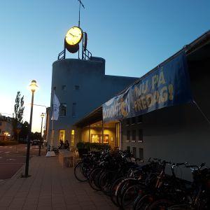 Bibliotek i Mariehamn i skymningen