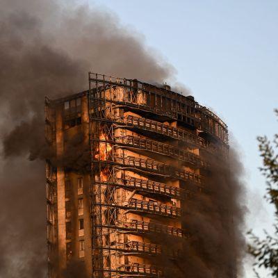 Branden i höghuset i Milano började på de översta våningarna och spred sig sedan nedåt.