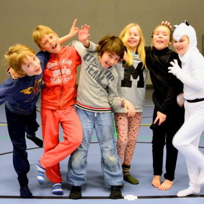 Publik och skådespelare. Från vänster: Dennis Finne, William Hansén, Matteo Ostuni, Maija Westergård Edith Omars och Minea West