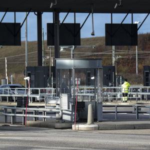 Bilar anländer från Danmark till gränskontrollen i Lernacken, Sverige