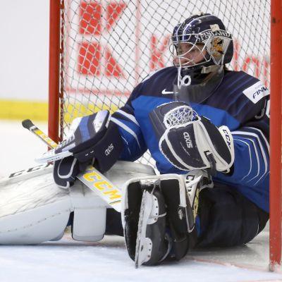 Justus Anunen sitter i sitt mål.