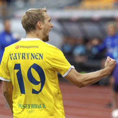 Tim Väyrynen vrålar och höjer näven i luften när han firar ett mål.