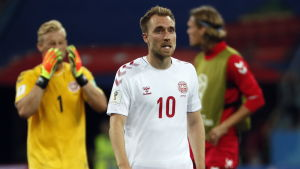 Christian Eriksen i förgrunden, Kasper Schmeichel i bakgrunden