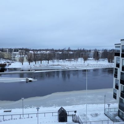 Talvinen näkymä Joensuun Penttilänrannasta Pielisjoelle.