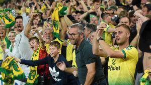 Norwichsupportrarna firar efter slutsignalen.