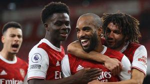 Arsenalspelare firar glatt tillsammans.