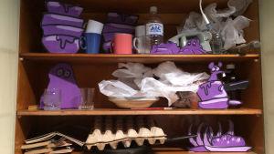 Lavastekaappi, jossa osittain piirrettyä sisältöä.