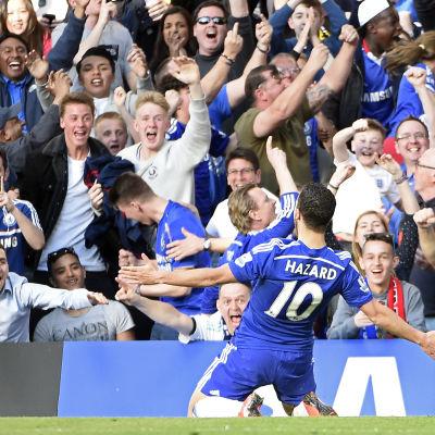 Eden Hazard firar segermålet mot Manchester United.