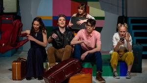 Wilma Sundqvist, Anton Mattsson, Saga Rosenlund, Jaakko Meyn och Ella Lepola sitter på kappsäckar i ungdomsshowen Cloud 9 i Pargas.