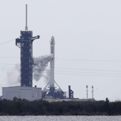 SpaceX:n raketti seisoi paikallaan Kennedy avaruuskeskuksessa Floridassa.