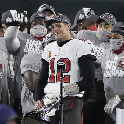 Tampa Bays Tom Brady fick ta emot George Halas-trofén efter segern mot Green Bay.