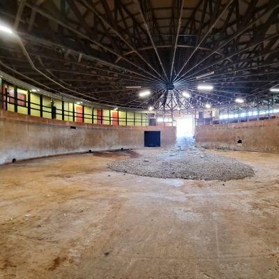 En tömd och putsad betongbassäng i ett gammalt reningsverk.