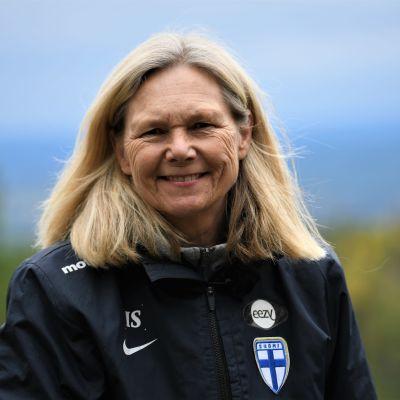 Fotbollstränaren Anna Signeul i närbild.