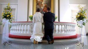 Brudpar i en kyrka